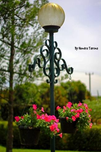 Lampu di salah satu sudut di tepian jalan Taman Bunga Nusantara